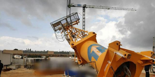 """פועל נהרג בקריסת מנוף באתר בנייה של """"אלמוגים"""" באור עקיבא"""