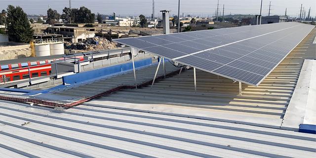 הרכבת השלימה התקנת מערכת סולארית ראשונה במתקניה