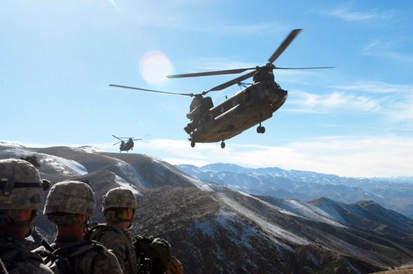 צ'ינוק בא לאסוף חיילים באפגניסטן, בגובה בו האוויר דליל - מה שפוגם ביעילותם של מסוקים