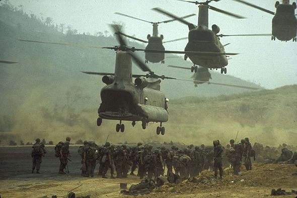 צ'ינוקים מנחיתים כוחות בווייטנאם