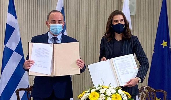 השר יובל שטייניץ בטקס החתימה עם שרת האנרגיה הקפריסאית נטאשה פילידס