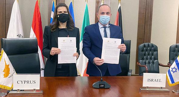 שר האנרגיה יובל שטייניץ ושרת האנרגיה של קפריסין נטאשה פילידס חותמים על הסכם מאגר אפרודיטה