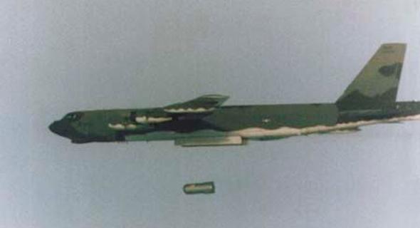 """הטלת פצצת מימן B83Y1. כמה חזקה היא? לצורך העניין, אם אחת תתפוצץ בת""""א, יקרסו בניינים גם באשדוד וכפר סבא, והנשורת הגרעינית תגיע לדמשק, צילום: NNCA"""