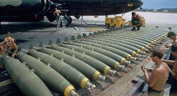 מטען פצצות מוכן להטענה בבסיס בדרום מזרח אסיה, צילום: USAF