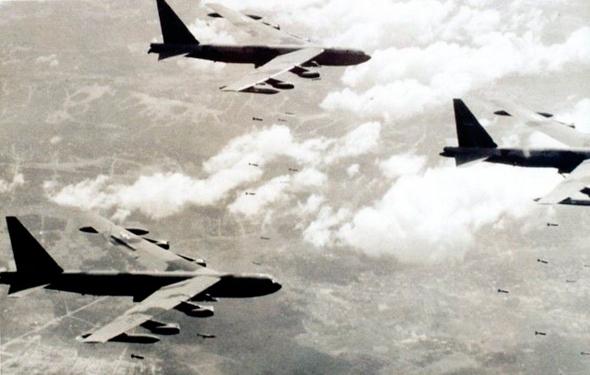 טונות פצצות בדרכן למטרה, צילום: NARA