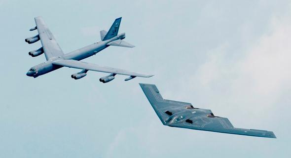 B52 ולצידו B2, צילום: USAF