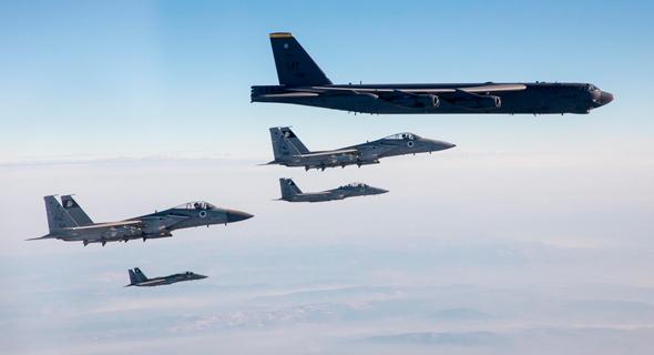 """B52 מלווה בידי מטוסי F15 של חיל האוויר הישראלי, צילום: דובר צה""""ל"""