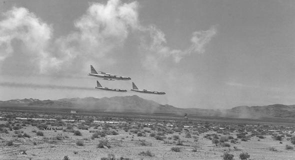 מפציצי B52 באימון טיסה נמוכה, צילום: zonamilitar