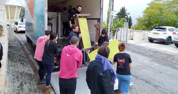 פעילי מיזם שינוע חברתי מעבירים לתרומה ציוד משרדי שנזרק