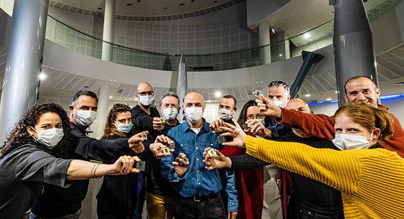 עובדי אינטל עם מעבדי רוקט לייט החדשים, צילום: באדיבות אוהד פאליק, חטיבת מערכות טילים וחלל של התעשייה האווירית