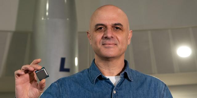 שרון אלמוזנינו מנהל הפיתוח באינטל, עם מעבד רוקט לייק החדש