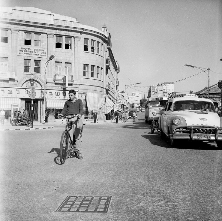 כיכר ציון  בירושלים. בעבר ביטלו בו את כל המדרכות, כיום הוציאו את הרכבים הפרטיים והרחוב חזר לחיים, צילום: דוד רובינגר