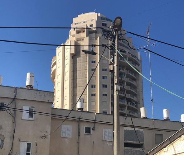 בניין בשיכון דרום, על רקע מגדל צמרת