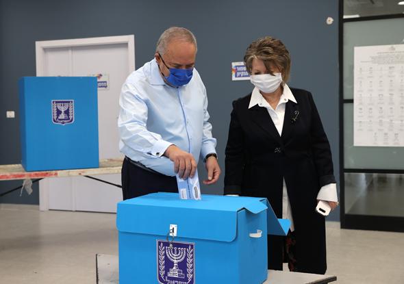 ליברמן מצביע, הבוקר, צילום: אלכס קולומויסקי