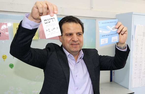 """ראש השימה המשותפת ח""""כ איימן עודה מצביע בקלפי, צילום: אלעד גרשגורן"""