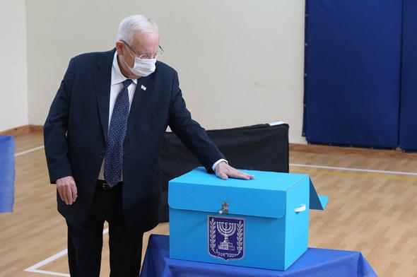 הנשיא ריבלין מצביע הבוקר בירושלים, צילום: עמית שאבי