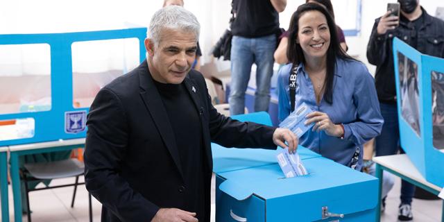 יאיר לפיד וליהי מצביעים, צילום: עוז מועלם