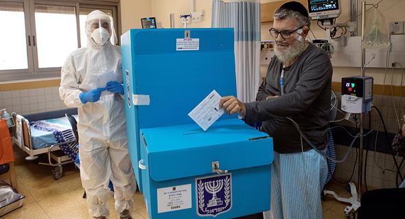 הצבעה בחירות 2021 חולה קורונה בית חולים שיבא קלפי, צילום: רויטרס