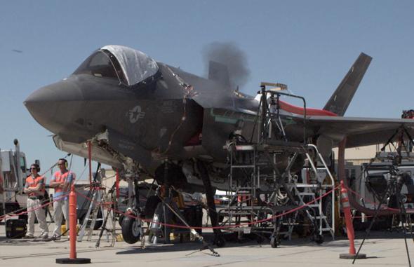 ניסוי ירי בתותח ה-F35. אחד הבאגים שהתגלו היה תקלת שיכוך זעזועים; צרור ארוך היה גורם לכבלים להתנתק בחלל הגוף ולשבש מכשור טיסה , צילום: USAF