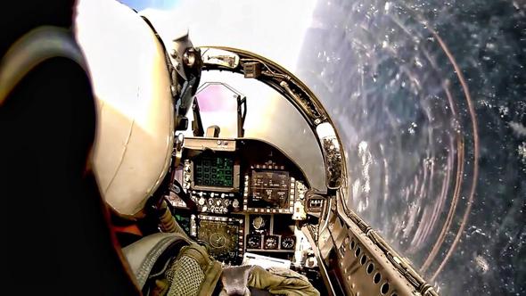 קוקפיט של F18, עמוס לחצנים. החמקן החדש נראה אחרת לגמרי, צילום: USN