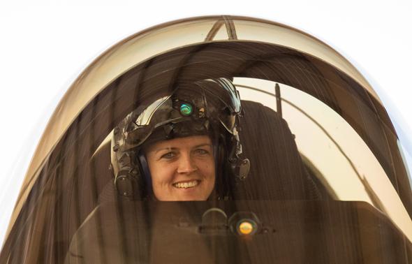 סיבות טובות לחייך. קפטן קריסטין וולף, מפקדת צוות ההדגמה של ה-F35, צילום: USAF