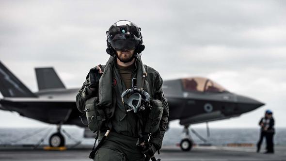 טייס בצי הבריטי ומטוס ה-F35 שלו, צילום: UK MOD