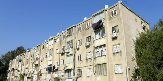 """מבנה מגורים בתל אביב המיועד לפינוי־בינוי. """"איזון בין הצורך להגן על זכויות הדיירים ובין הצורך לקדם פינוי־בינוי ביעילות"""", צילום: עמית שעל"""