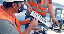 עובדי בזק פורסים סיבים אופטיים, צילום: דנה קופל