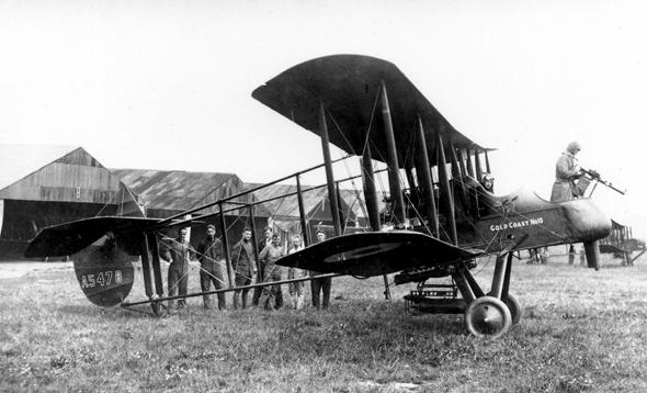 מטוס FE. שימו לב למושב המקלען בחזית; המנוע נמצא מאחור