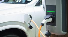 רכב חשמלי בטעינה, צילום: שאטרסטוק