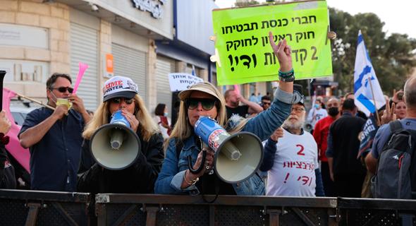 מפגינים נגד ראש הממשלה בנימין נתניהו בפתח בית המשפט, צילום: אלכס קולומויסקי