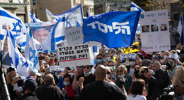 תומכי נתניהו מחוץ לבית המשפט, צילום: אלכס קולומויסקי