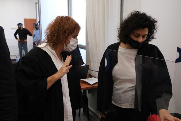 ליאת בן ארי (משמאל), הבוקר בבית המשפט