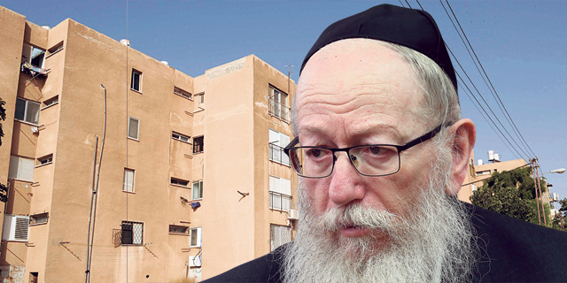 יעקב ליצמן על רקע שכונת הניצחון דימונה, צילום: אלכס קולומויסקי, ישראל יוסף