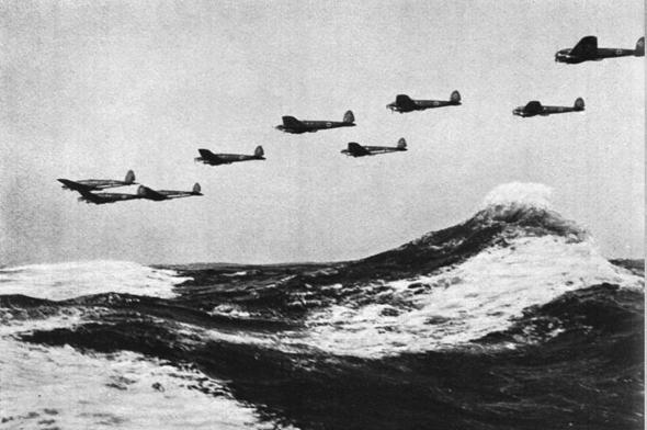מפציצי היינקל 111 גרמניים מעל לתעלת למאנש, בדרכם להפציץ את בריטניה