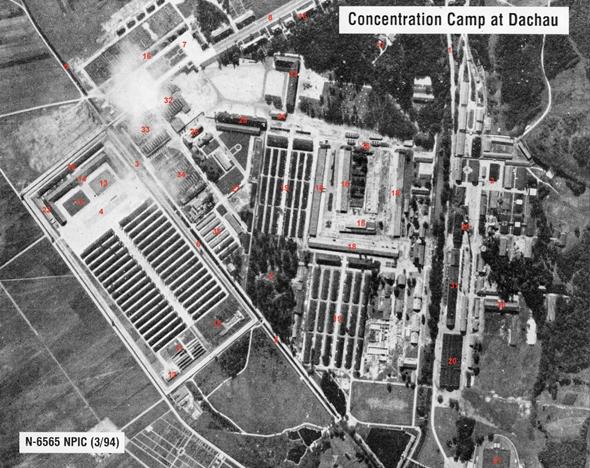 תצלום אוויר של מחנה דכאו. המספרים הם חלק מפיענוח גיחת צילום אמריקאית