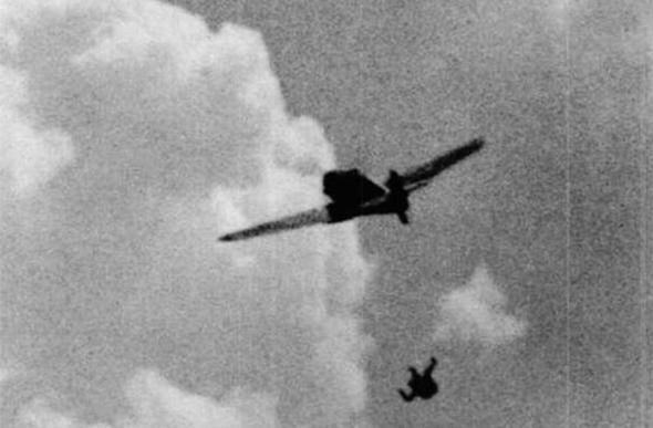 טייס מסרשמיט גרמני פגוע נוטש את מטוסו