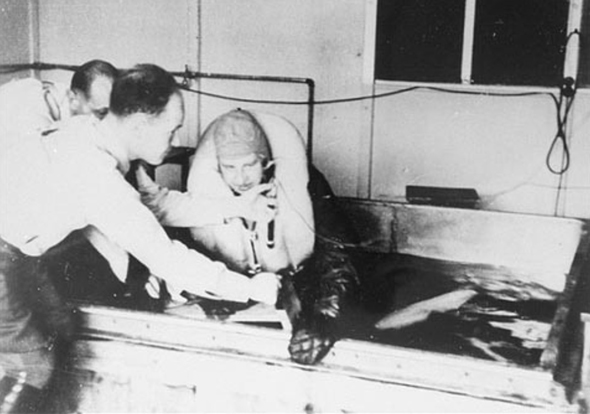 אסיר מוצא מהמים, לפני העברתו לניסויי ההפשרה