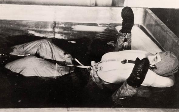 אסיר בציוד טיסה בתוך המים המקפיאים