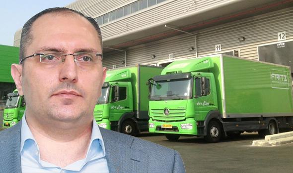 מוטי בן משה על רקע משאיות פריץ, צילומים: אוראל כהן, יחצ