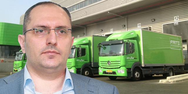 בן משה על רקע משאיות פריץ, צילומים: אוראל כהן, יחצ