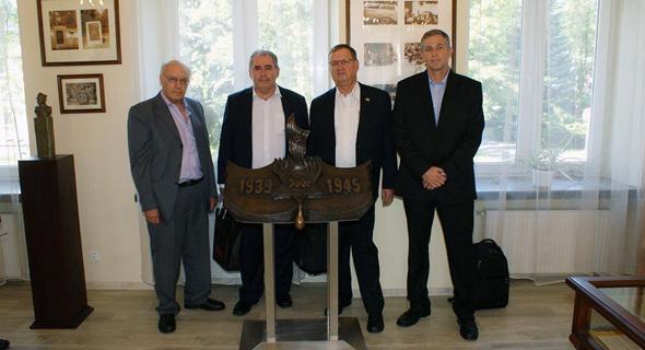 רולנד שטינברכר (משמאל, בחליפה האפורה) עם צוות מפעל הנשק הפולני