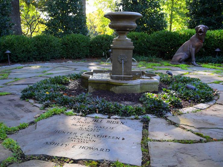 הגברת הראשונה ג'יל ביידן סייעה ביצירת גן המורשת המשפחתית, בו כל דיירי האחוזה ובני משפחותיהם, כולל חיות מחמד, מונצחים על מרצפות סביב מזרקה