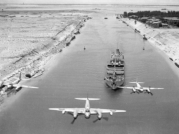מטוסי מוסקיטו בריטיים טסים מעל לתעלת סואץ