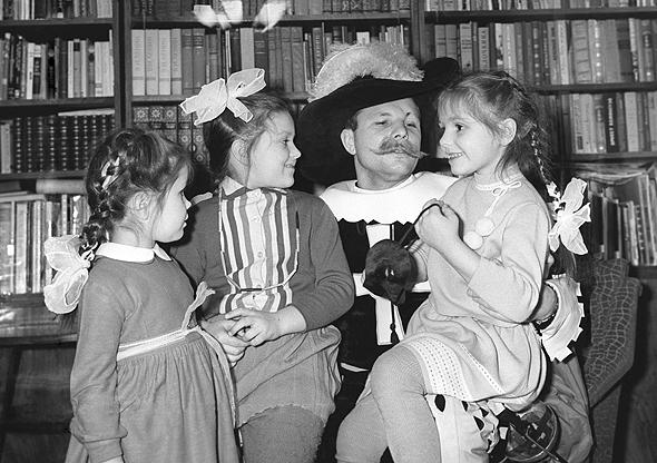 גגארין ובנותיו, מחופש למוסקיטר