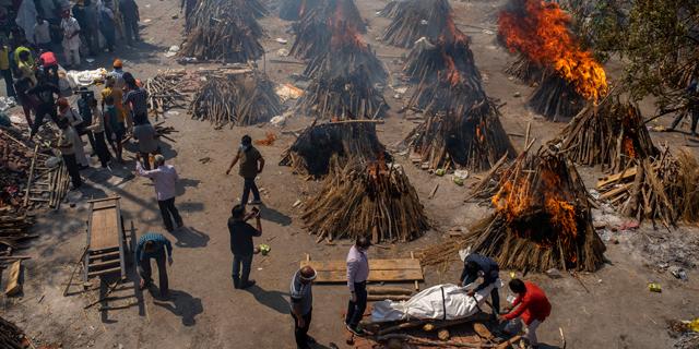 גיהנום בימי קורונה: תמונות מהודו בשיא התפרצות המחלה
