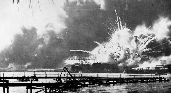 פרל הארבור, ממש ברגע ההפצצה היפנית, צילום: USN