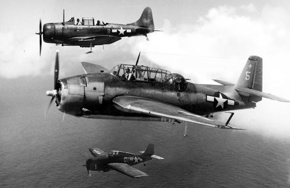 נעים להכיר; מלמעלה: מפציץ צלילה דאגלס דונטלס, מפציץ טורפדו גראמן אוונג'ר, מטוס קרב גראמן וויילדקט