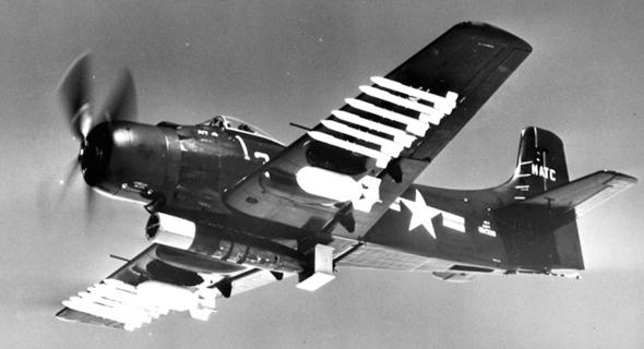 לא, תראו את המפלצת הזאת: טורפדו, פצצות, רקטות ותותחים - הכל בו זמנית. פשוט רמבו עם כנפיים, צילום: USN