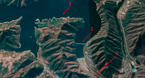 אזור סכר הואצ'ון; 1. הסכר עצמו; 2. אפיק הנהר, שיוצף אם יבחרו הסינים; 3. מאגר המים הגדול מאחורי הסכר